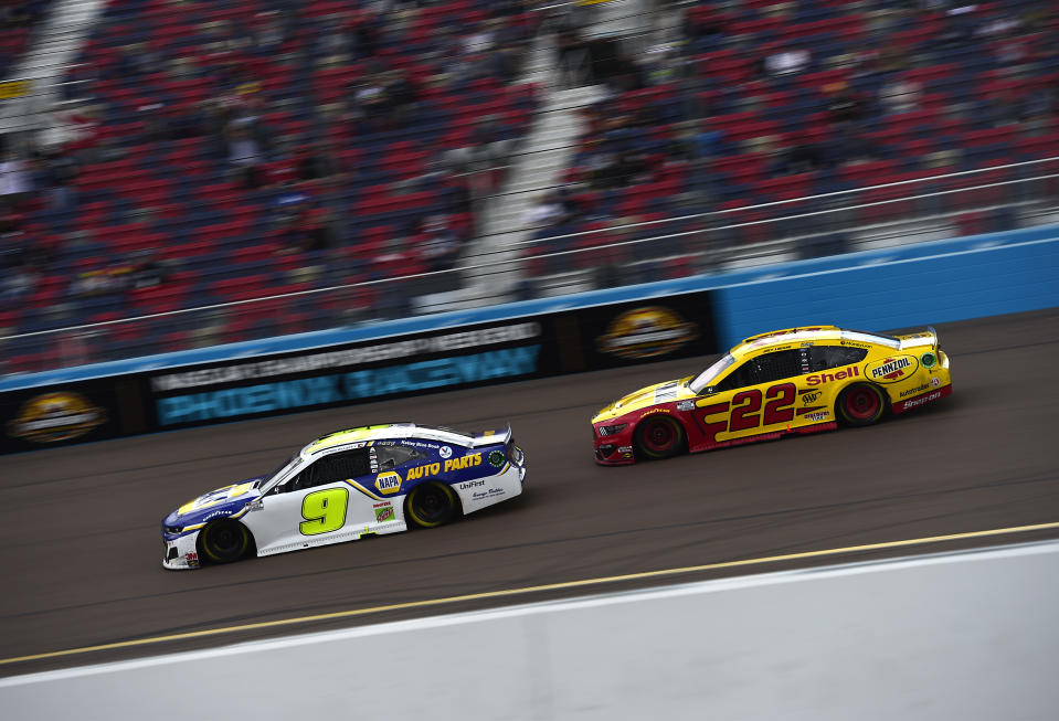 AVONDALE, ARIZONA - NOVEMBER 08: Chase Elliott, driver of the #9 NAPA Auto Parts Chevrolet, and Joey Logano, driver of the #22 Shell Pennzoil Ford, race during the NASCAR Cup Series Season Finale 500 at Phoenix Raceway on November 08, 2020 in Avondale, Arizona. (Photo by Jared C. Tilton/Getty Images)