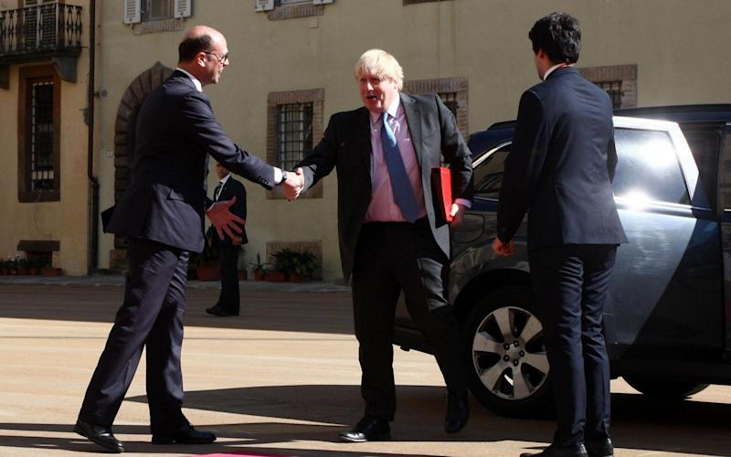 Italian foreign minister Angelino Alfano greets his UK counterpart Boris Johnson in Lucca - ANSA POOL