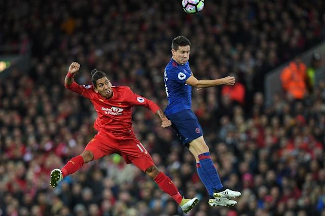 Manchester United's midfielder Ander Herrera (R) vies with Liverpool's midfielder Roberto Firmino during the English Premier League football match October 17, 2016 (AFP Photo/Paul ELLIS)