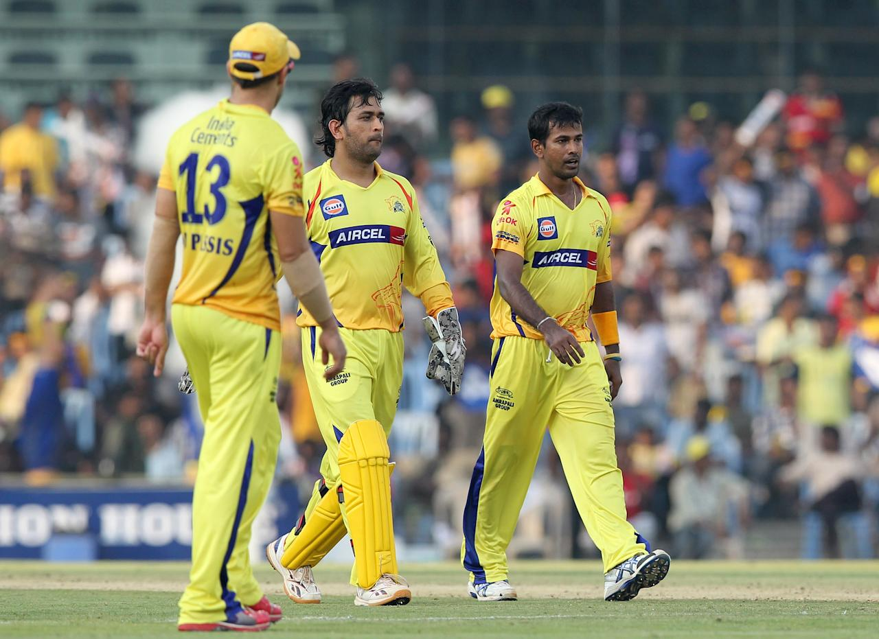Chennai Super Kings aptain MS Dhoni (C) walks with his teammates Francois Du Plessis (L) and Nuwan Kulasekara (R) during the IPL Twenty20 cricket match between Chennai Super Kings and Rajasthan Royals at The M.A.Chidambaram Stadium in Chennai on April 21, 2012.  RESTRICTED TO EDITORIAL USE. MOBILE USE WITHIN NEWS PACKAGE.    AFP PHOTO/Seshadri SUKUMAR (Photo credit should read SESHADRI SUKUMAR/AFP/Getty Images)