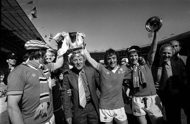 (Left-to-right) Stuart Pearson, Tommy Cavanagh, Docherty, Lou Macari, Gordon Hill and Frank Blunstone celebrate after Manchester United's FA Cup final win over Liverpool (PA Archive/PA Images)