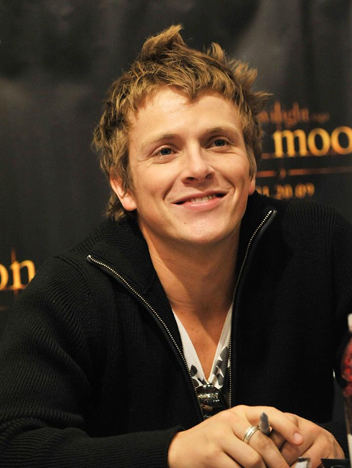 "<a href=""http://movies.yahoo.com/movie/contributor/1810109908"">Charlie Bewley</a> attends the <a href=""http://movies.yahoo.com/movie/1810055802/info"">The Twilight Saga: New Moon</a> fan event in Cherry Hill, NJ - 11/10/2009"