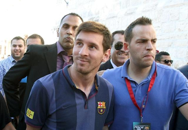 Lionel Messi (C) previously visited the Middle East in 2013, when he and his Barcelona teammates held sporting workshops for Israeli and Palestinian children (AFP Photo/-)