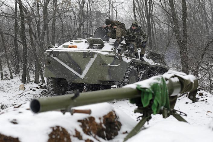 Ukrainian servicemen sit on a tank at a checkpoint near the town of Svitlodarsk, in the Donetsk region, on February 16, 2015 (AFP Photo/Anatolii Stepanov )