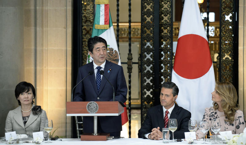 Japanese Prime Minister Shinzo Abe (2-L) at a dinner with his wife Akie Abe (L), Mexican President Enrique Pena Nieto (2-R) and his wife Angelica Rivera at the National Palace in Mexico City, on July 25, 2014 (AFP Photo/Alfredo Estrella)