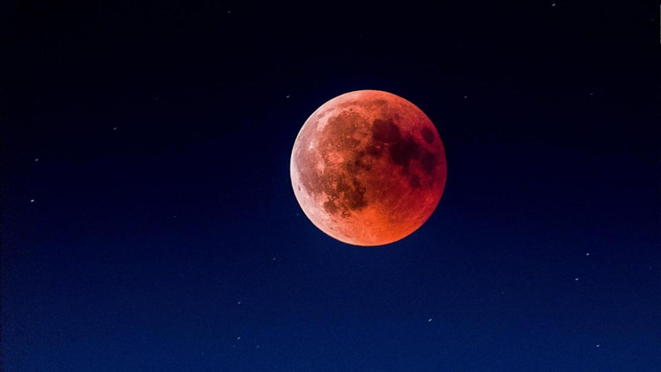 On 26 May (Wed), weather permitting, Singaporeans should be able to see the Super Flower Blood Moon.