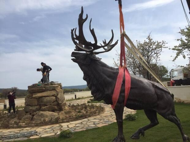 This caribou was installed near the Hill 10 Cemetery on the Gallipoli Peninsula in Turkey. It completes the Trail of the Caribou project which includes six monuments across France, Belgium and now Turkey.