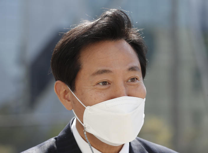 Seoul Mayor Oh Se-hoon wearing a face mask as a precaution against the coronavirus walks in downtown Seoul, South Korea, Thursday, April 8, 2021. South Korean main opposition conservative party took back the post of Seoul mayor after 10 years. (AP Photo/Lee Jin-man)