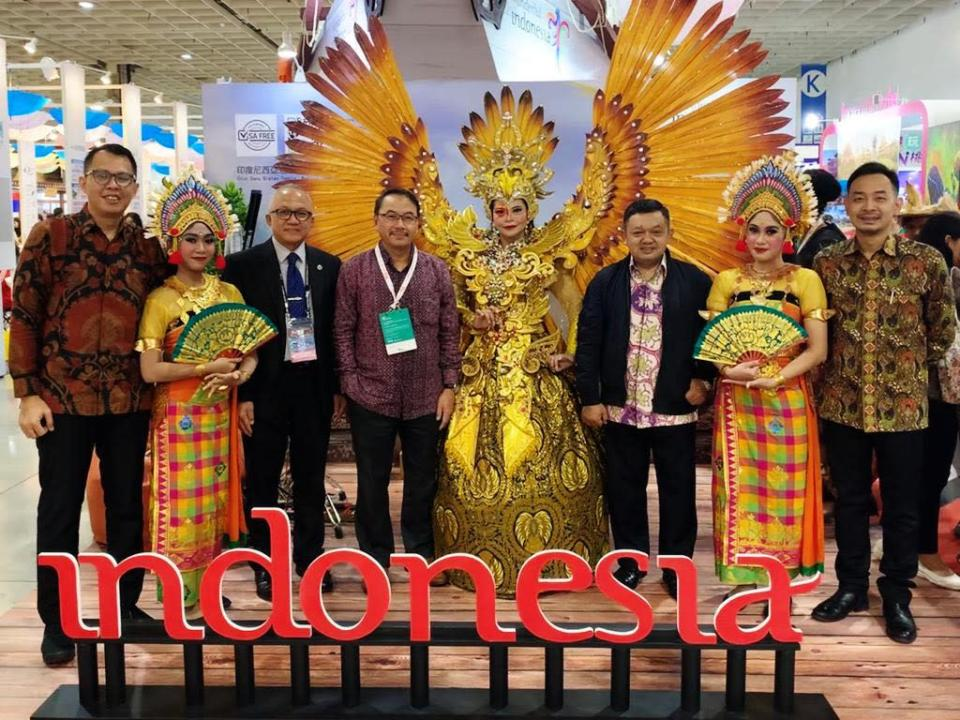 <p>A reporter from 4-Way Voice interviewed Taufiq Arfi Wargadalam, Chief of Protocol and Information Division at Indonesian Economic and Trade Office. Pitcured is the Indonesian Economic and Trade Office to Taipei participating in the 2019 Taipei International Travel Fair. Fourth from the left is Didi Sumedi, the office's representative, and first from the left is Taufiq. (Courtesy of Indonesia Economic and Trade Office to Taipei))</p>