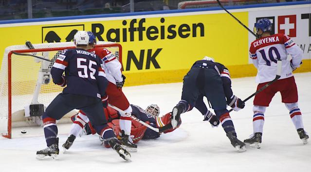 Czech Republic's Roman Cervenka, right, scores against USA during the Group A Quarterfinal match at the Ice Hockey World Championship in Minsk, Belarus, Thursday, May 22, 2014. (AP Photo/Sergei Grits)