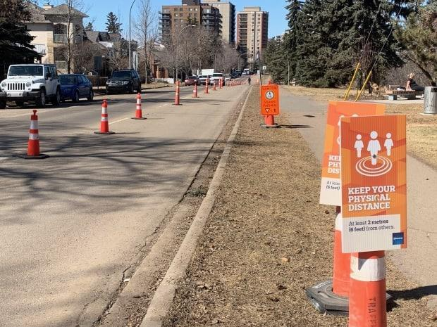 A lane of Saskatchewan Drive between 105th and 109th streets was given to pedestrians, cyclists, rollerbladers, skateboarders and scooters last summer.  (Natasha Riebe/CBC - image credit)