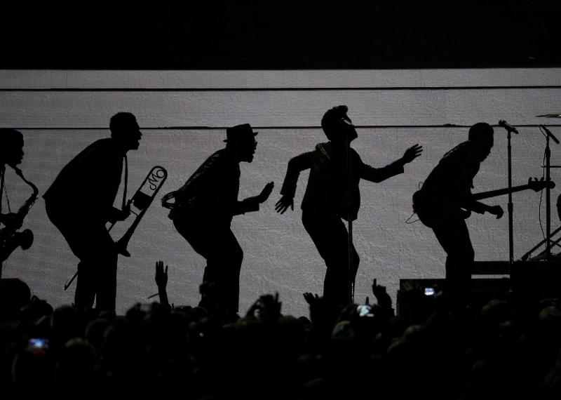 Bruno Mars (2nd from R) performs during the halftime show of the NFL Super Bowl XLVIII football game between the Denver Broncos and the Seattle Seahawks in East Rutherford, New Jersey, February 2, 2014. REUTERS/Tim Farrell (UNITED STATES - Tags: SPORT FOOTBALL ENTERTAINMENT)