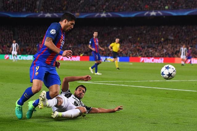 Barcelona's Luis Suarez (L) is tackled by Juventus' Sami Khedira during their UEFA Champions League quarter-final second leg football match at the Camp Nou stadium in Barcelona on April 19, 2017 (AFP Photo/Josep LAGO)