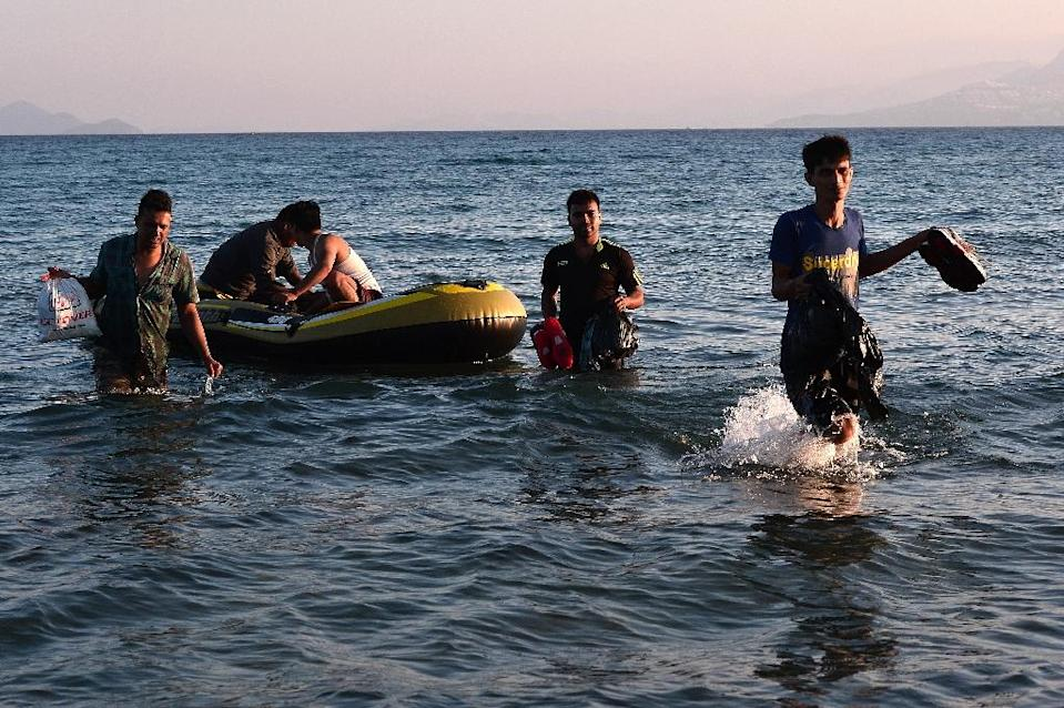 A group of migrants arrives to the shore of Greece's Kos island on a small dinghy from Turkey, on August 18, 2015 (AFP Photo/Louisa Gouliamaki)