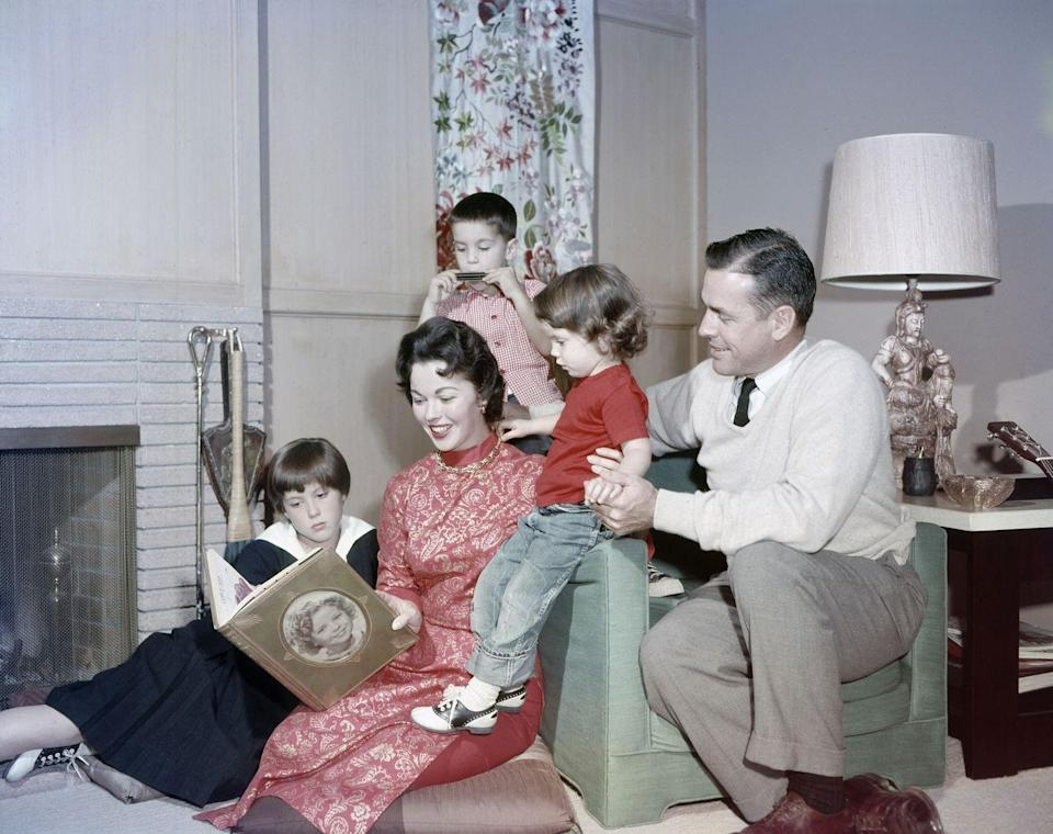 <p>Shirley Temple posing with her second husband Charles A. Black and three children Linda Susan, Charles, and Lori. </p>