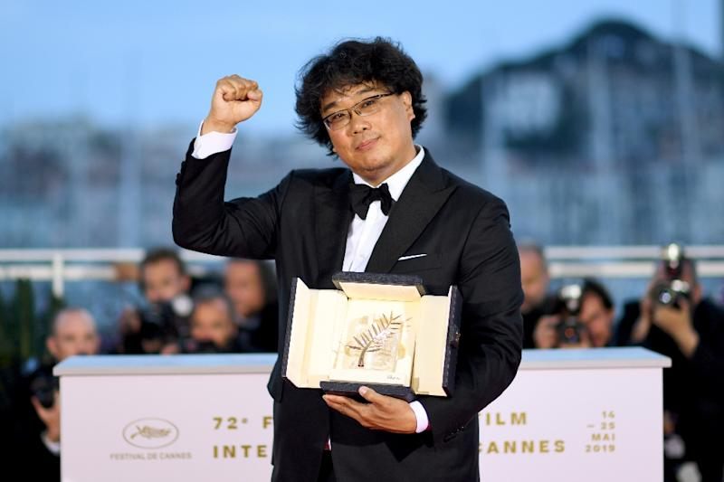 Bong Joon-Ho shows off his Palme d'Or prize in Cannes (AFP Photo/LOIC VENANCE)