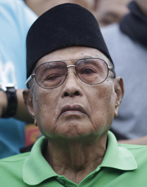Filipino Sultan Jamalul Kiram III listens at the Blue Mosque in Manila suburb, Philippines, after undergoing dialysis at a nearby hospital Wednesday, March 6, 2013. Unlike many other Muslim royalties basking in grand palaces and opulent lifestyles, Kiram's kingdom sits in a rundown two-story house in a poor Islamic community in Manila, the only hint of power and glory the title attached to his name. (AP Photo/Aaron Favila)