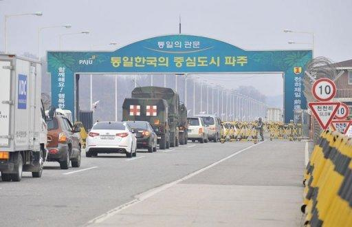 Vehicles line up at a South Korean military check point on the road to the Kaesong complex in North Korea, April 1, 2013