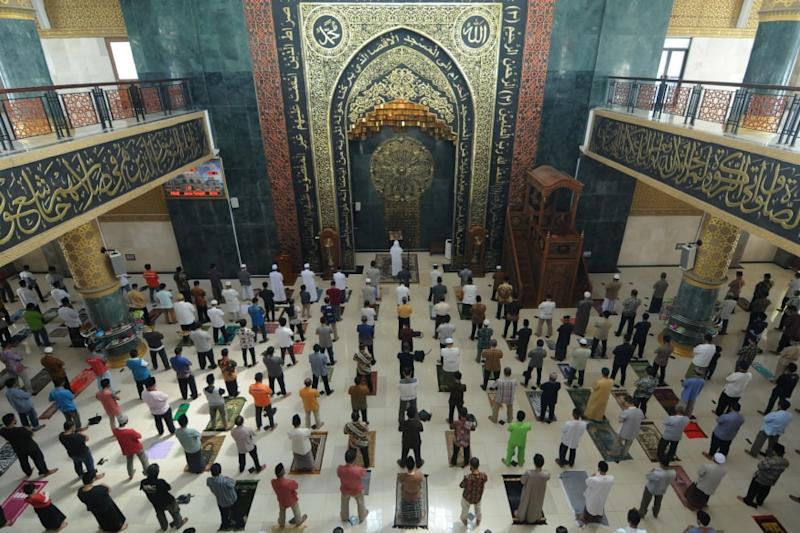 Jakarta Mosques Host Friday Prayers for First Time in Two Months amid Covid-19 Pandemic