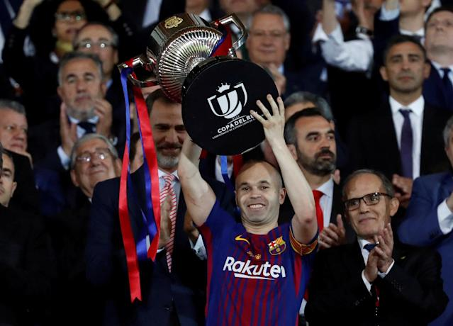 Soccer Football - Spanish King's Cup Final - FC Barcelona v Sevilla - Wanda Metropolitano, Madrid, Spain - April 21, 2018 Barcelona's Andres Iniesta celebrates by lifting the trophy after the match as the King of Spain Felipe VI applauds REUTERS/Juan Medina TPX IMAGES OF THE DAY