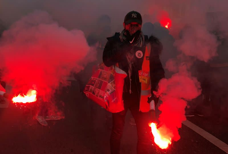French unions refuse Christmas truce in pensions protests