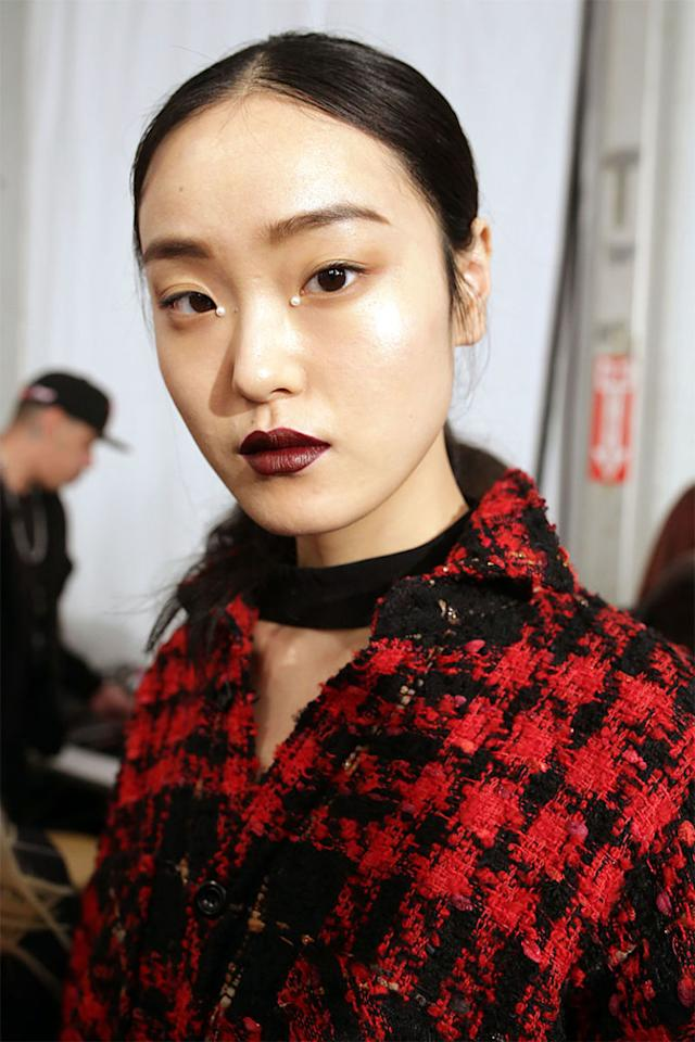 <p>One of the biggest beauty statements on the New York runways this season was actually so small, you might have missed it. Look closer—a tiny pearl was glued to the inside corner of each eye at Jonathan Simkhai.The thoughtfuldetail mimicked the pearl embellishments in the designer's fall collection.<span></span></p>