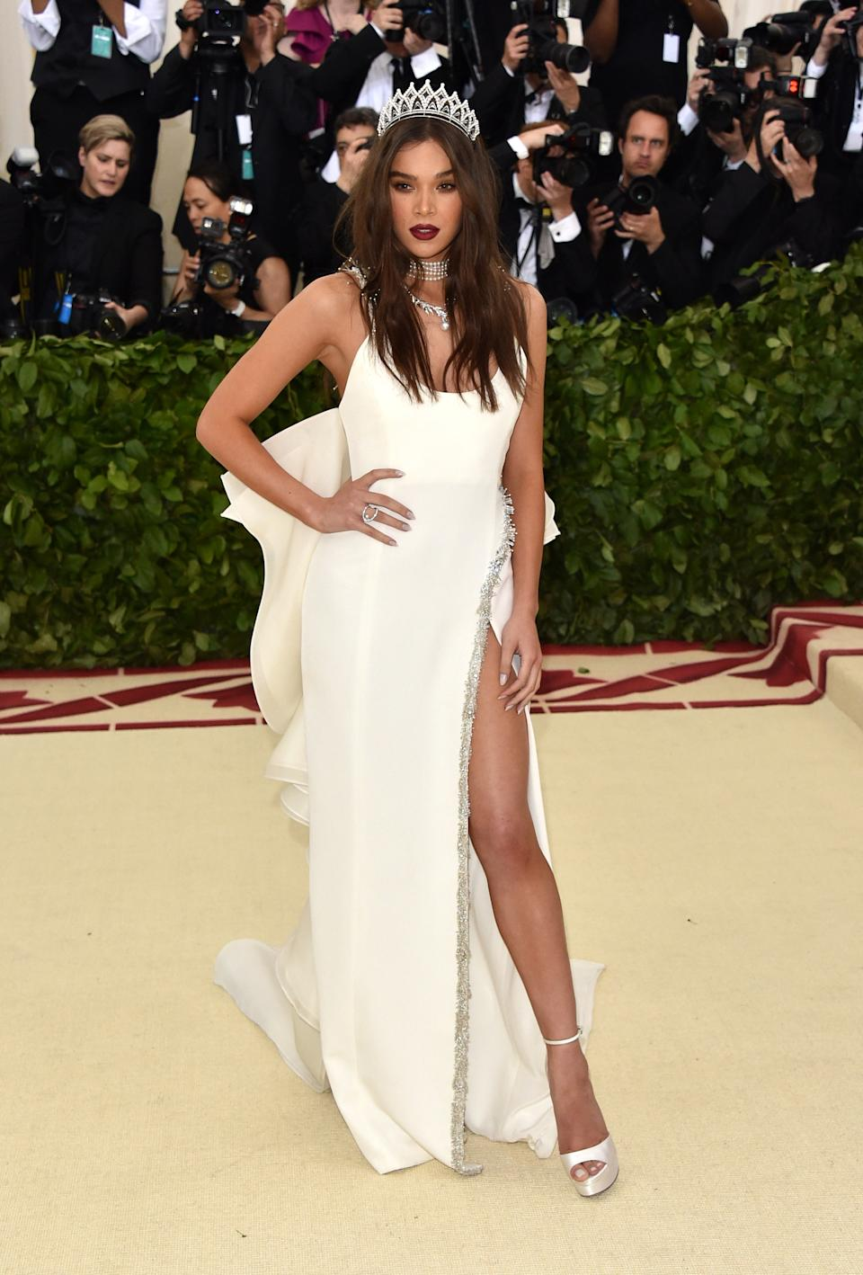 """<h1 class=""""title"""">Hailee Steinfeld in Prabal Gurung with a Judith Leiber Couture bag, Jimmy Choo shoes, and Tasaki jewelry</h1><cite class=""""credit"""">Photo: Getty Images</cite>"""