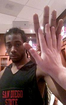 Kawhi Leonard makes good use of his oversized hands