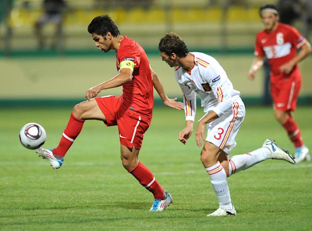 Sergi Gomez (R) of Spain vies for the ball with Muhammet Demir (L) of Turkey during football final tournament of UEFA European Under-19 Championship 2010/2011 in Chiajna village next to Bucharest July 26, 2011. AFP PHOTO/DANIEL MIHAILESCU (Photo credit should read DANIEL MIHAILESCU/AFP/Getty Images)