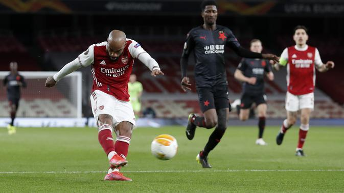 Penyerang Arsenal, Alexandre Lacazette menembak bola saat bertanding melawan Slavia Praha pada pertandingan leg pertama perempat final Liga Europa di Stadion Emirates di London, Jumat (9/4/2021). Arsenal bermain imbang atas Slavia Praha 1-1.  (AP Photo/Alastair Grant)