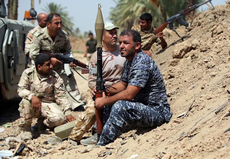 Iraqi soldiers and Sunni fighters hold a position on the frontine during clashes with Islamic States (IS) fighters on September 17, 2014 in the town of Dhuluiya, some 75 kms (45 miles) north of Baghdad (AFP Photo/Ahmad al-Rubaye)