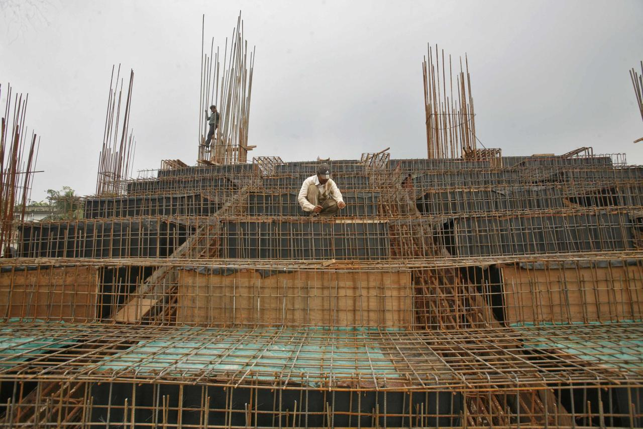 Labourers work at the construction site of a stadium on the outskirts of Agartala, capital of India's northeastern state of Tripura September 28, 2012. India's infrastructure sector output grew 2.1 percent in August from a year earlier, higher than a downwardly revised annual growth of 1.0 percent in the previous month, government data showed on Friday. REUTERS/Jayanta Dey (INDIA - Tags: BUSINESS EMPLOYMENT CONSTRUCTION)