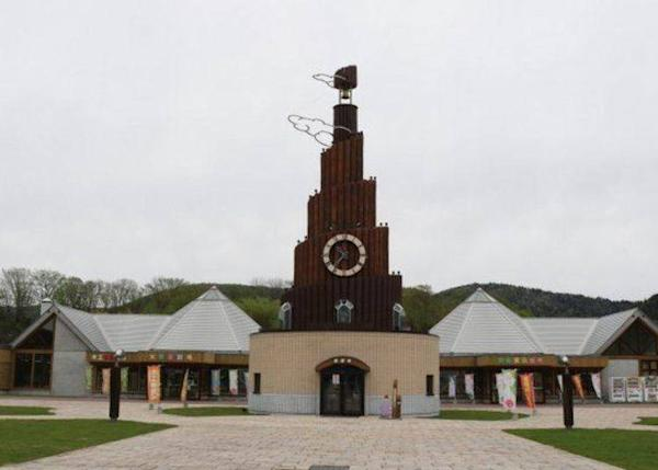 On the west side of the aquarium is the Kamurin cuckoo clock and the Kamurin Tower
