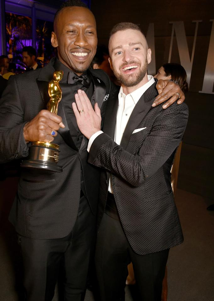 <p>Ali holds up his best supporting actor statuette at the <em>Vanity Fair</em> Oscar after-party.</p>