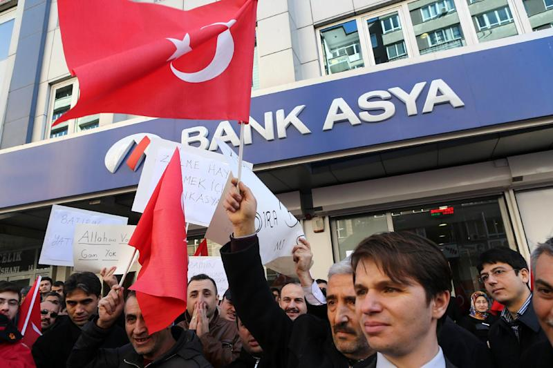 People stage a protest in front of a Bank Asya branch in downtown Ankara on February 4, 2015 (AFP Photo/Adem Altan)