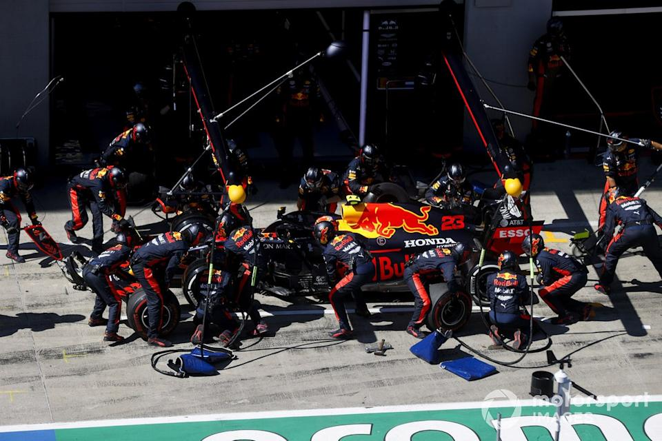 """Alex Albon, Red Bull Racing RB16 pit stop <span class=""""copyright"""">Andy Hone / Motorsport Images</span>"""
