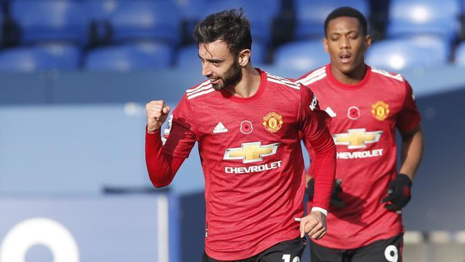 Everton vs Manchester United, (9/11/2020). Bruno Fernandes membuat 2 gol dan 1 assist. Manchester United menang 3-1 setelah tertinggal 0-1. (Pool via AP/Clive Brunskill)