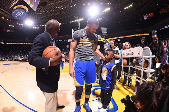 """Warriors star <a class=""""link rapid-noclick-resp"""" href=""""/nba/players/4612/"""" data-ylk=""""slk:Stephen Curry"""">Stephen Curry</a> meets 6-year-old fan Isaiah Simpson before Sunday's game against the Grizzlies. (Photo via @warriors)"""