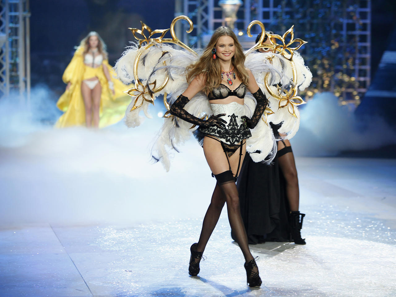 A model presents a creation during the Victoria's Secret Fashion Show in New York November 7, 2012. REUTERS/Carlo Allegri  (UNITED STATES - Tags: FASHION)