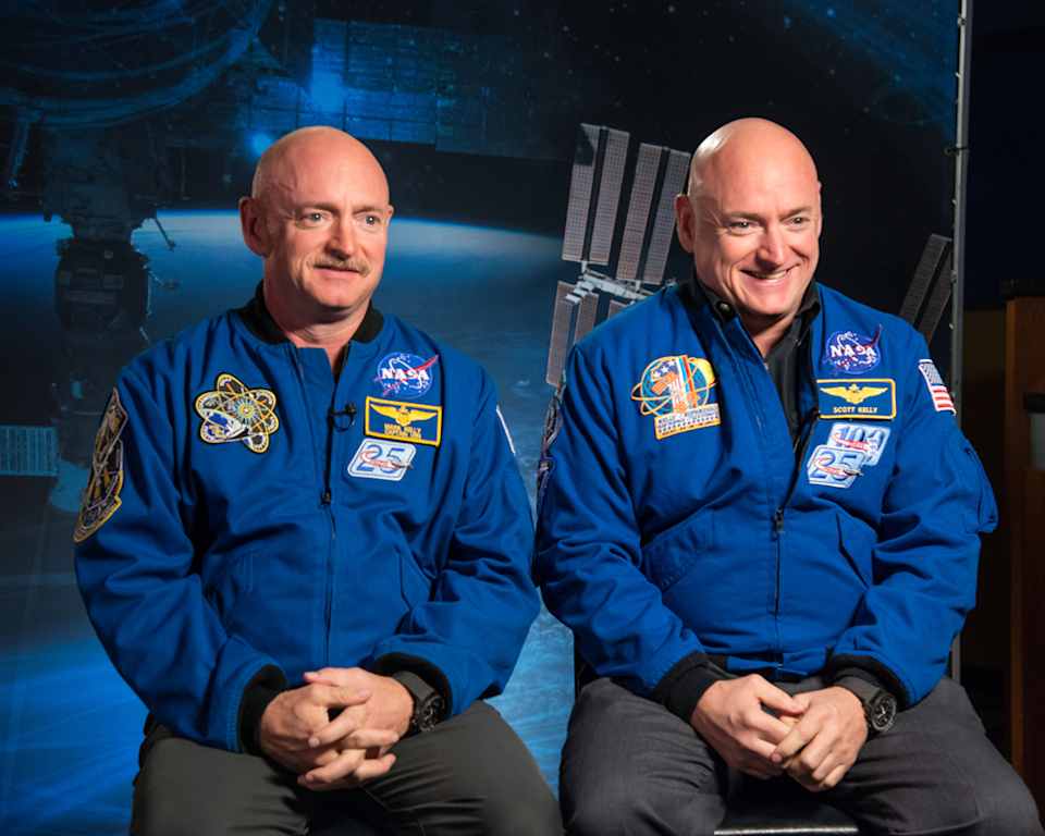 Scott Kelly (izqda.) y su hermano Mark Kelly (dcha.) durante una conferencia de prensa. (Crédito imagen NASA).