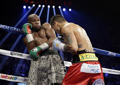 Floyd Mayweather (L) on the defensive against Marcos Maidana in September. (AP)