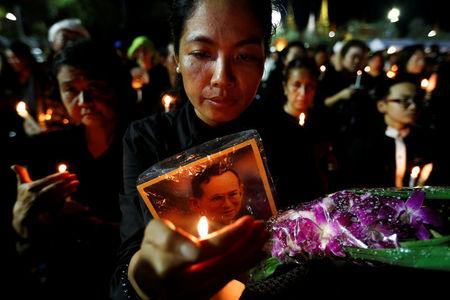 Tens of thousands queue to pay respects to late Thai King