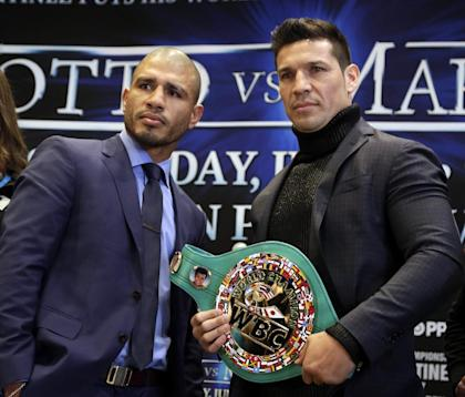 Sergio Martinez (R) and Miguel Cotto pose for photos during a news conference in New York. (AP)