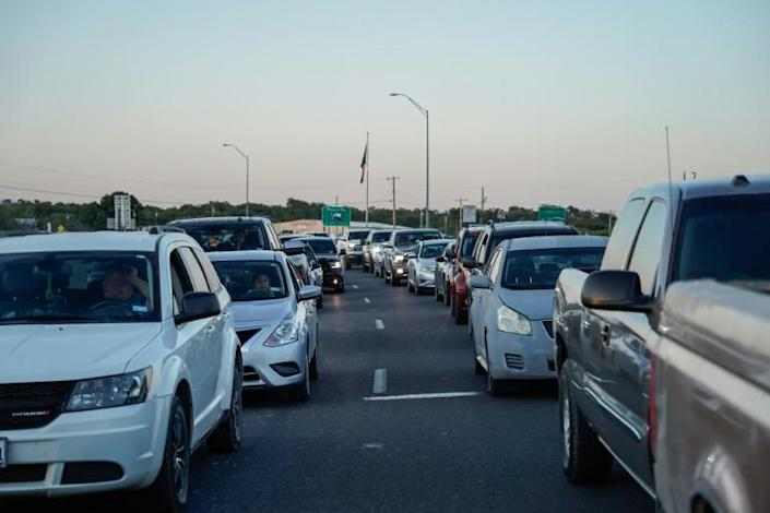 Cars line up on the Texas border at the Del Rio International Bridge -- which is closed temporarily due to the influx of migrants -- on September 17, 2021 (AFP/PAUL RATJE)