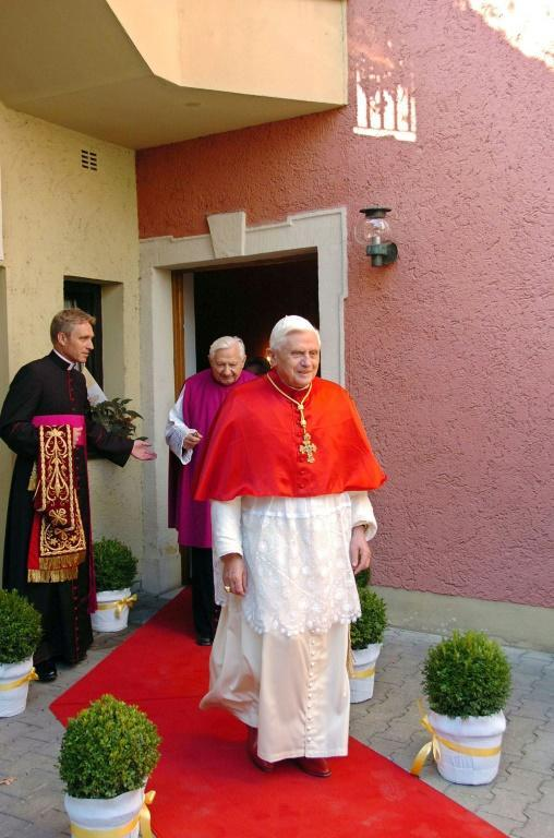 German Archbishop Georg Gaenswein (L) is seen occupying a crucial role for ex-pope Joseph Ratzinger (R) (AFP Photo/ARTURO MARI / OSSERVATORE ROMANO)