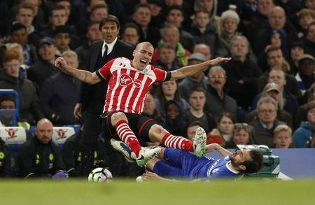 Britain Football Soccer - Chelsea v Southampton - Premier League - Stamford Bridge - 25/4/17 Southampton's Oriol Romeu is fouled by Chelsea's Cesc Fabregas as manager Antonio Conte looks on Action Images via Reuters / John Sibley Livepic