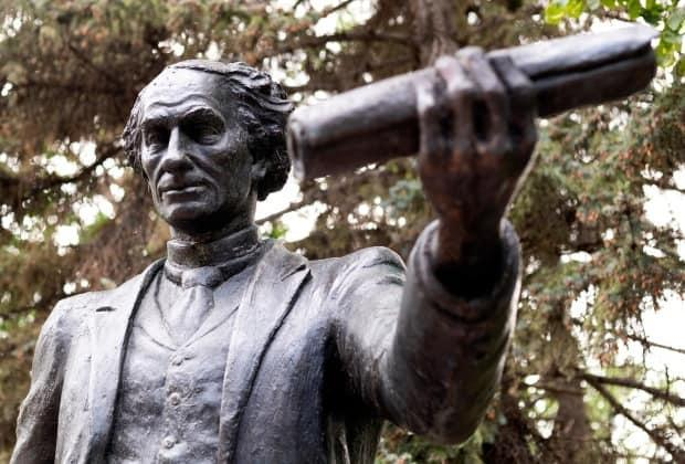 Regina councillors voted Wednesday to remove the statue of Sir John A. Macdonald in Victoria Park.  (Bryan Eneas/CBC - image credit)