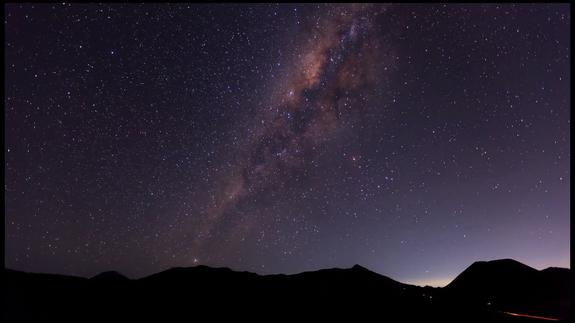 Milky Way Shines Over Volcanoes in Amazing Time-Lapse Video