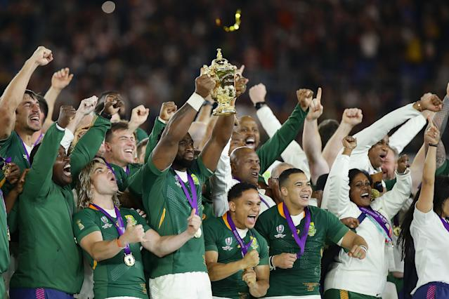 Siya Kolisi of South Africa lifts the Web Ellis cup (Credit: Getty Images)