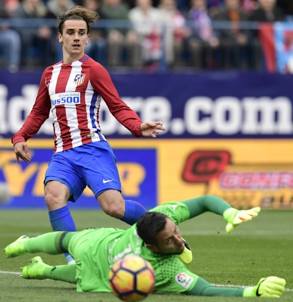 Atletico Madrid's forward Antoine Griezmann (R) vies with Valencia's goalkeeper Diego Alves during the Spanish league football match Club Atletico de Madrid vs Valencia CF at the Vicente Calderon stadium in Madrid on March 5, 2017